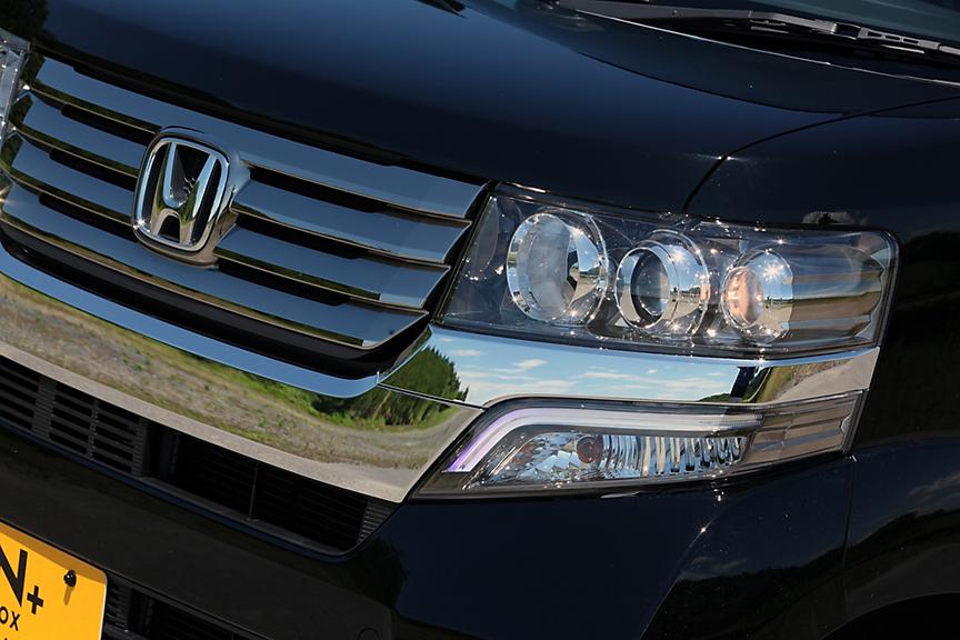 3眼タイプのHIDヘッドライトにダーククロームメッキのグリルやアクセントがカスタムの特長