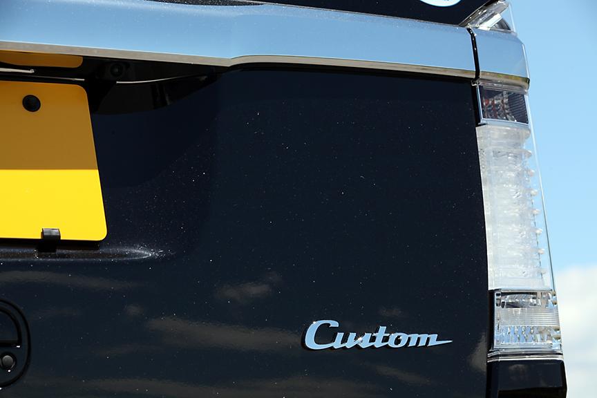 リアゲートには「カスタム」のロゴ