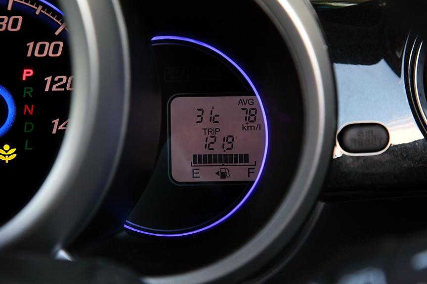 メーターパネル右側のディスプレイはトリップのほか外気温や燃費の表示が可能