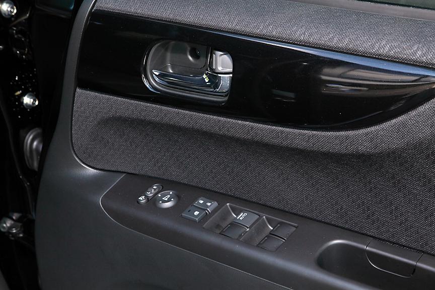 運転席ドアにもインパネと同じくピアノブラック調のパネルが付く