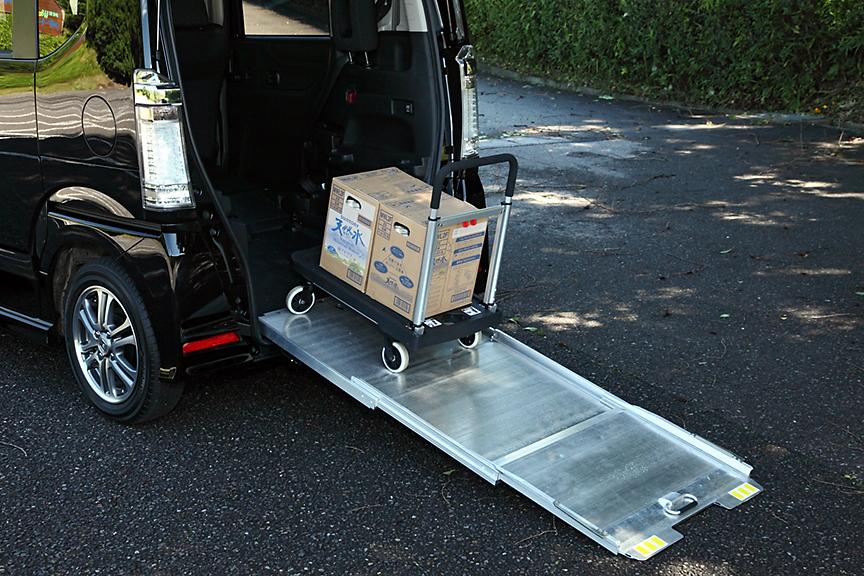 オプションでバイクなどを積み込む際に便利なアルミ製のスロープを用意。未使用時は畳んでおくことでコンパクトに収納できる。装着時はエンドボードが未装着となる