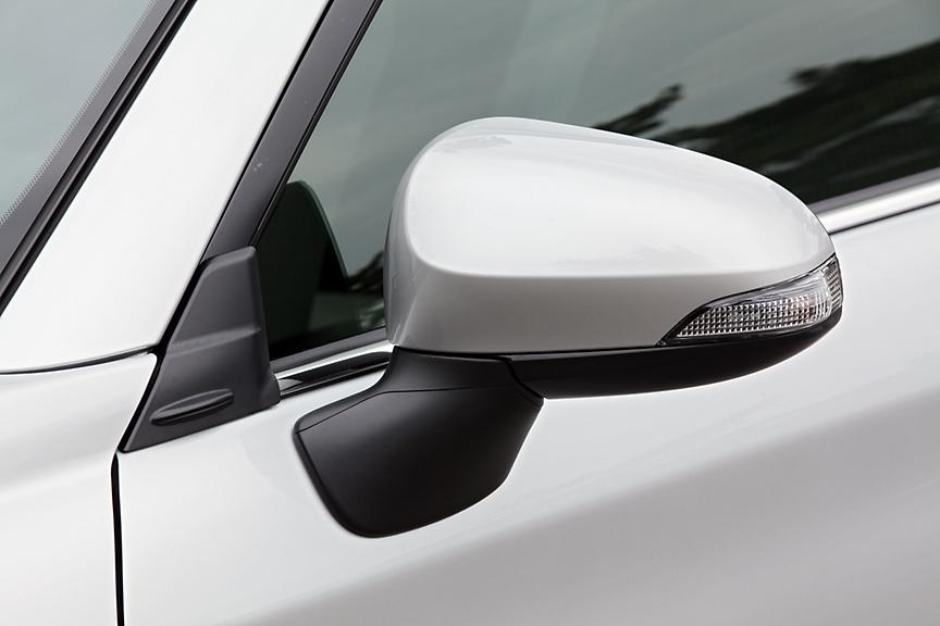 Aピラーの付け根とリアコンビランプに「エアロスタビライジングフィン」を用意。車体の走行安定性を向上するためのもので、F1からフィードバックされた技術だ