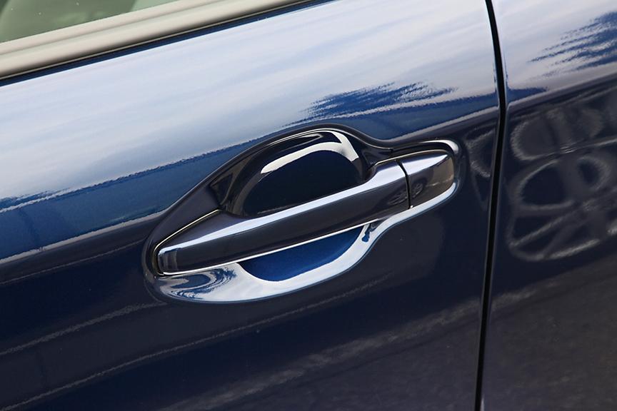グリップアウト式のドアハンドル。全車カラードタイプだが、1.3X/1.5X以外にはメッキのアクセントが付く