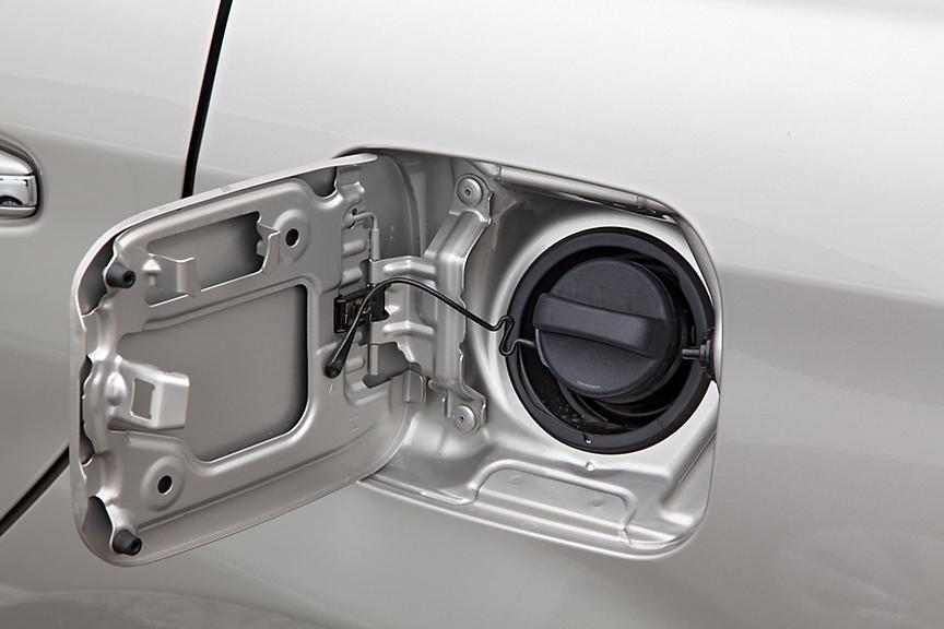 燃料は1.5リッター、1.3リッターともにレギュラーガソリン仕様。燃料タンク容量は42L