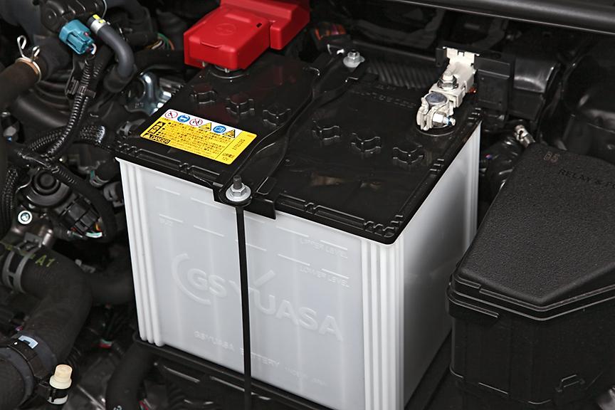 バッテリーサイズはこのクラスのクルマとしては大きめの60Aクラス。アイドリングストップ付車は専用タイプ