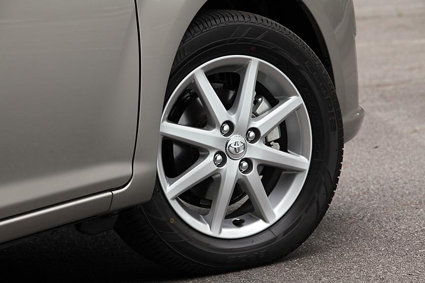 ラグゼールと1.5Gにオプション設定されるアルミホイール。タイヤは175/65 R15