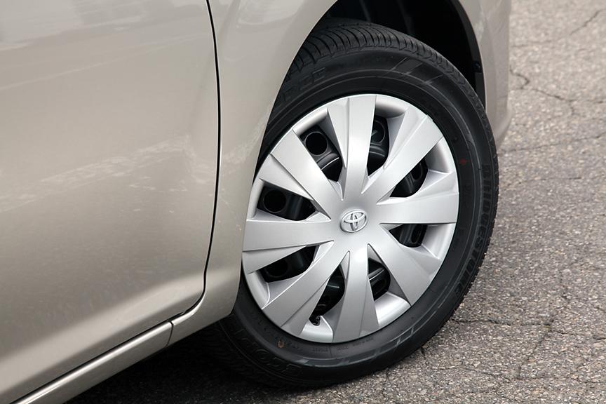1.5リッター車はこの樹脂ホイールキャップ仕様が標準。タイヤは175/65 R15となる