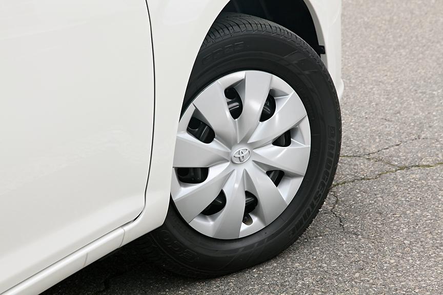1.3リッター車のタイヤは175/70 R14。こちらも樹脂ホイールキャップ仕様