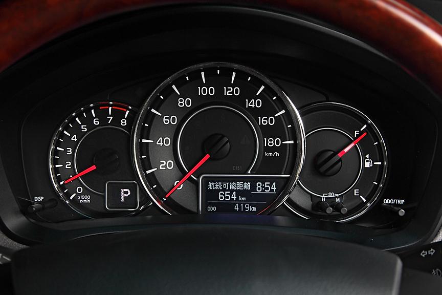 ラグゼールのメーターパネルは平均燃費や航続距離などの表示が可能なマルチインフォメーションディスプレイ付。表示内容は「写真で見る カローラフィールダー」を見てほしい