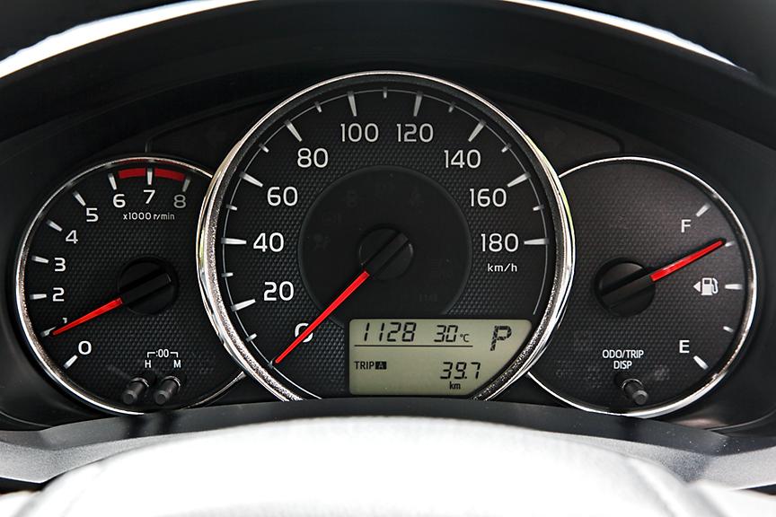 """1.5Gと1.3X """"G EDITION""""はドライブモニター付のメーター。1.3X/1.5Xはタコメーターと燃料系のないシンプルなタイプが付く"""