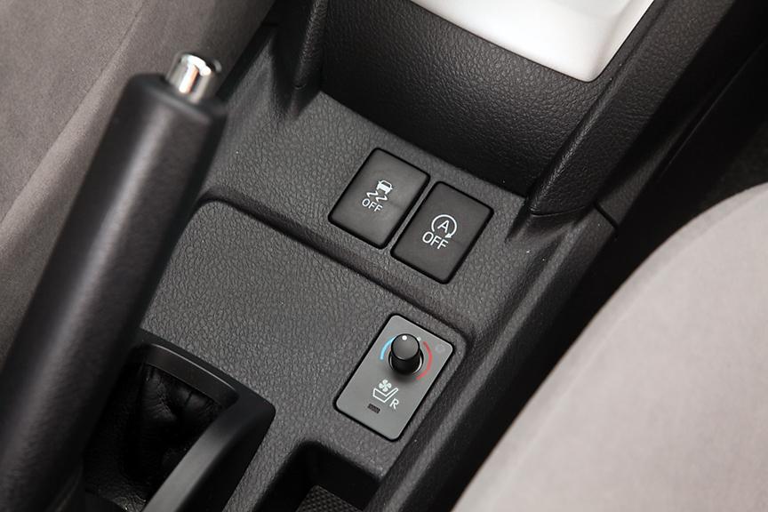 ラグゼールの運転席にはベンチレーション&ヒーター付シートを採用。背もたれと座面に設けられたファンによるベンチレーションは快適だ。その上はVSCとアイドリングストップのスイッチ