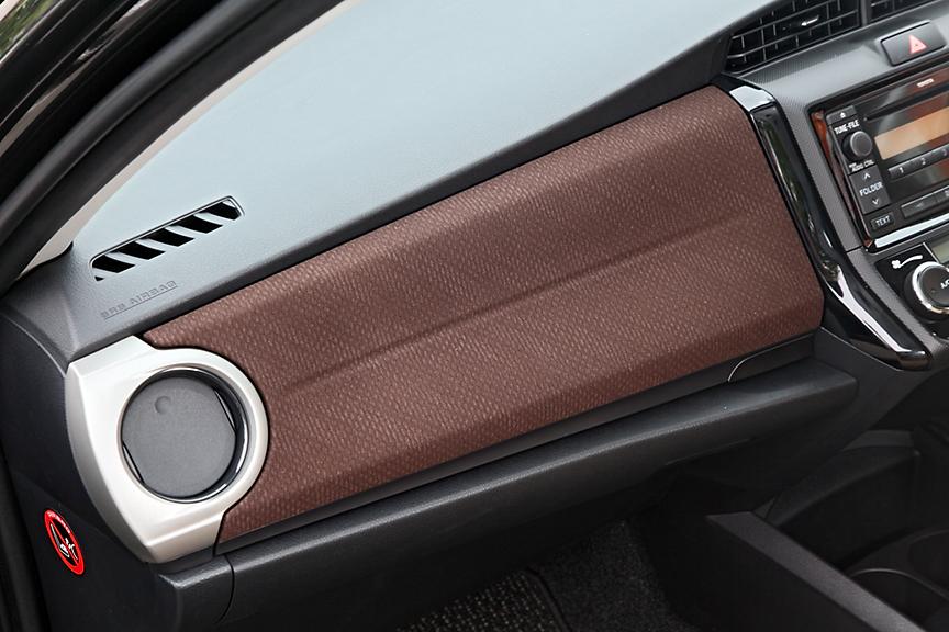 内装色はラグゼールとX系がベージュまたはグレー、G系はブラウンまたはグレー。ファブリックの表皮はグレードごとに異なり4種類設定される