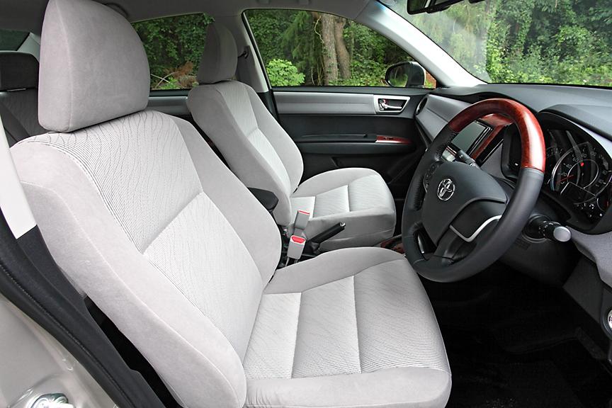 ラグゼールのフロントシート。シート表皮はラグゼールのみとなるダブルラッセル(グレー)。シート調整は手動式