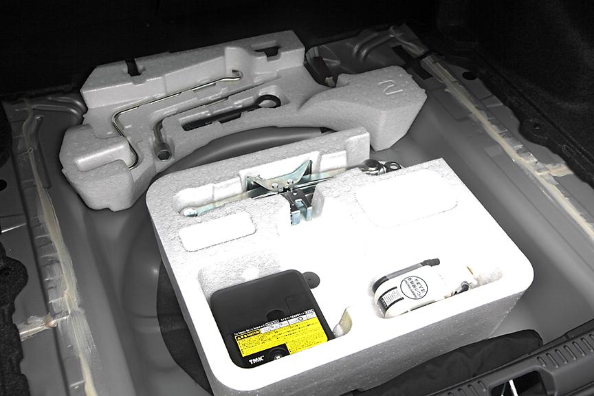 トランクのフロア下にはパンク修理キットと工具を収納。スペアタイヤはオプションだ