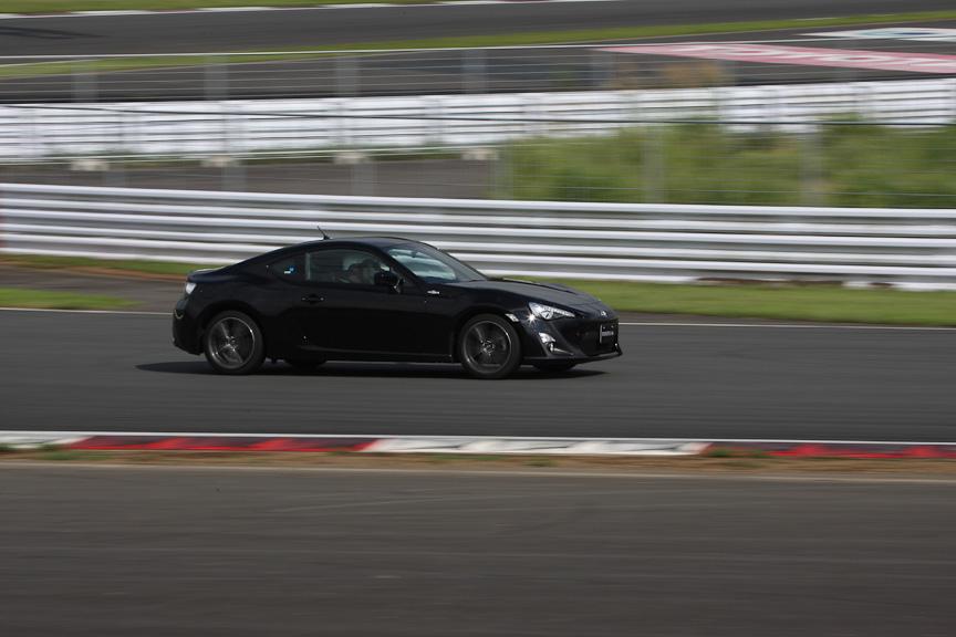 富士スピードウェイを走行中のFRスポーツカー「86」