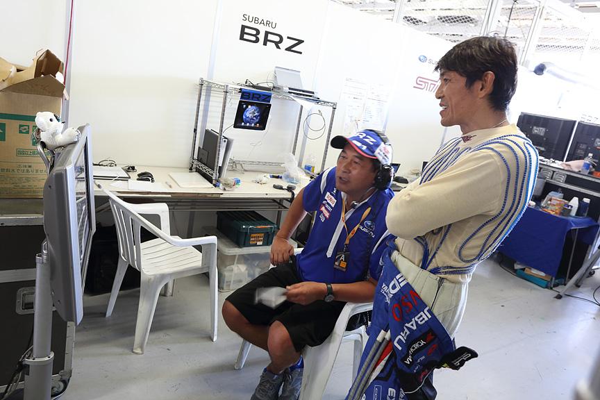 R&Dスポーツ本島伸次監督と後半戦へ向けての作戦を練る山野選手