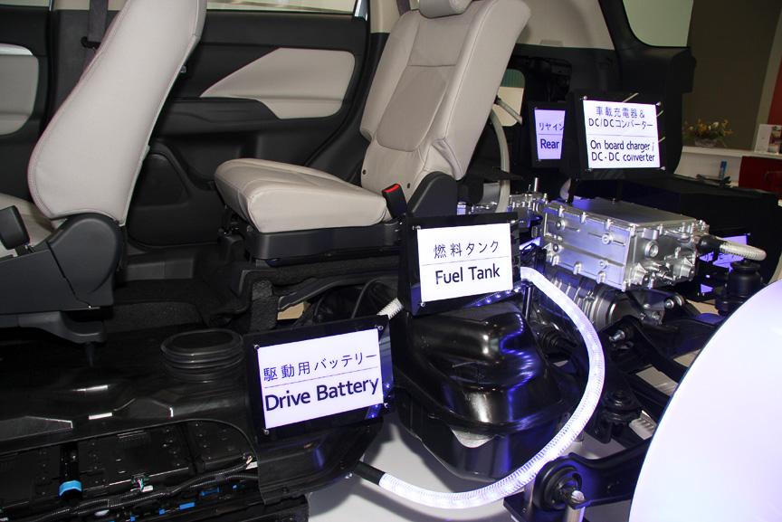リアタイヤ側にはモーターのほか、ガソリンタンク、駆動用バッテリーに給電するためのDC/DCコンバーターなども搭載される