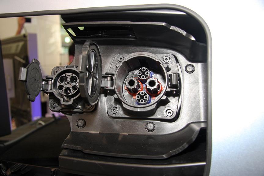 車両の左リアにはCHAdeMO規格対応の充電コネクターを装備
