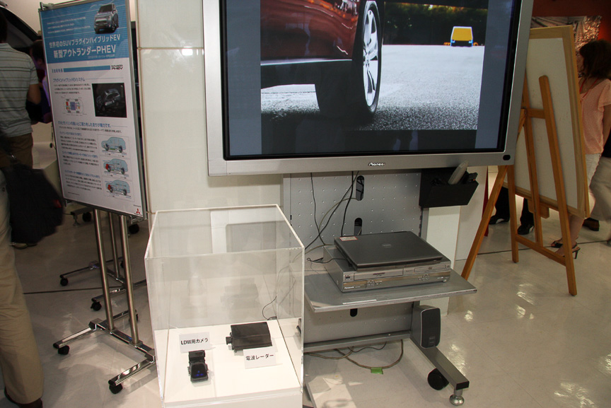 新型アウトランダーに設定される電波レーダーとLDW用カメラ