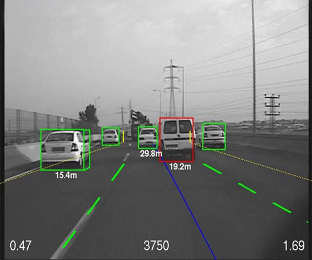 車両を立方体で認識しそれぞれの距離が算出される。車線は緑線、自分の走行ラインは青線で表示されている
