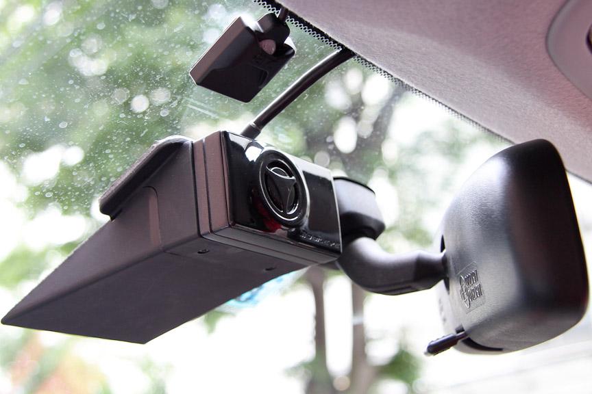 カメラユニットはルームミラーでドライバーから見えない位置のフロントウインドーにアダプタで貼り付ける