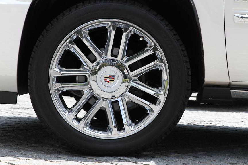 22インチの大径タイヤ。サイズはP285/45 R22 110H
