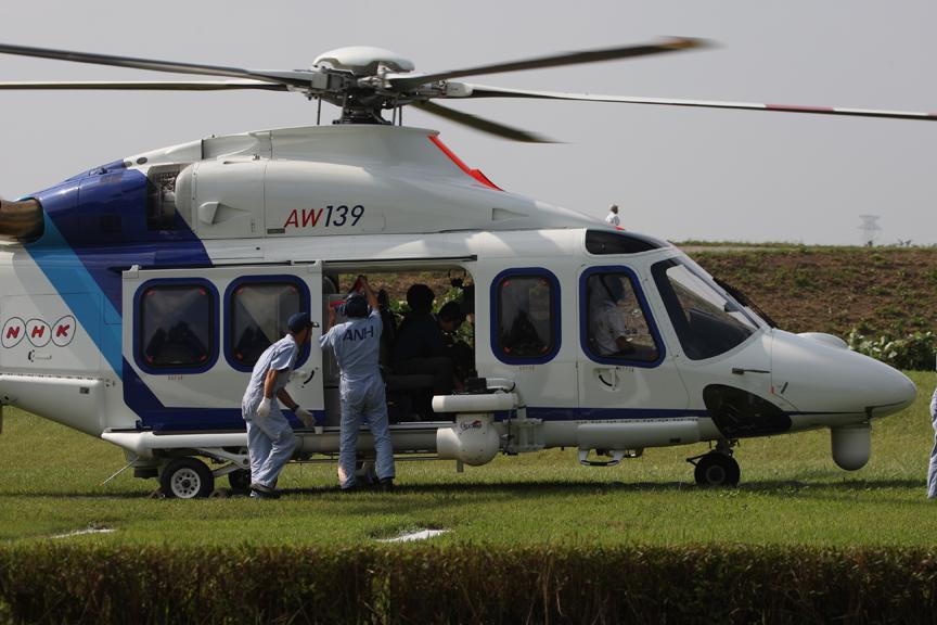 NHKのヘリも着陸し、衛星放送機材などを搬入、設置した