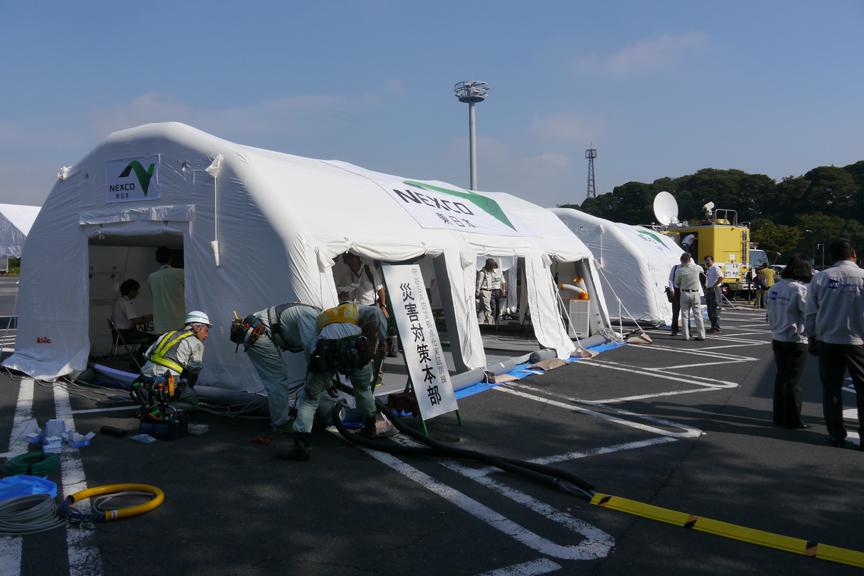 守谷SAに設置された災害対策本部テント