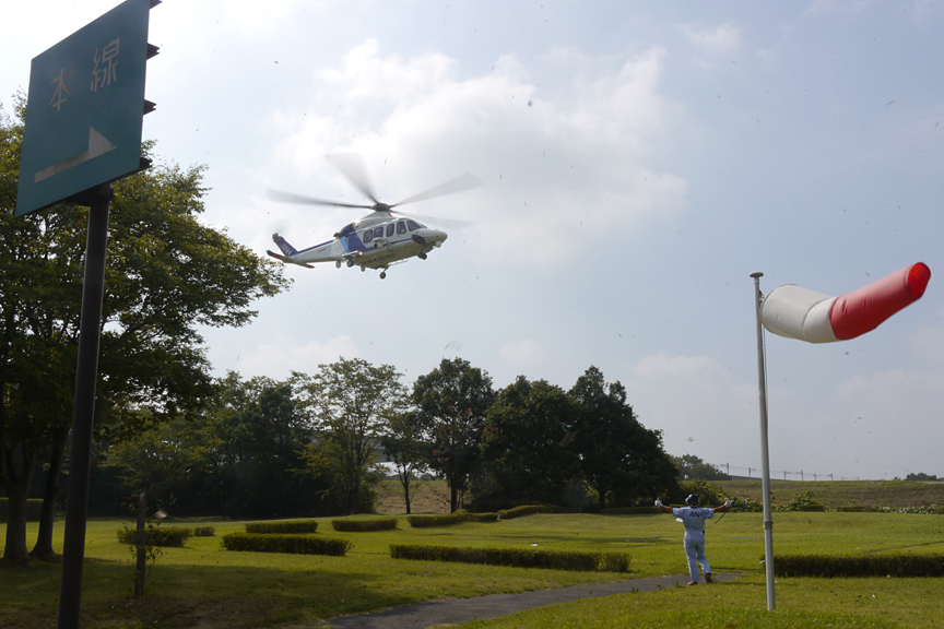 守谷SAのヘリパットに着陸するNHKのヘリ