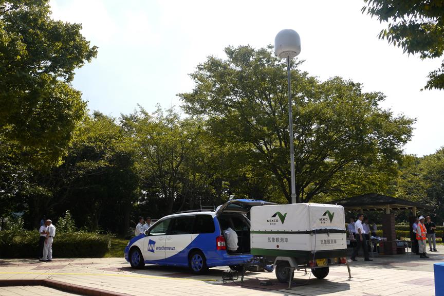 ウェザーニュースはNEXCO東日本の気象観測車を持ち込み、現地の気象情報をリポートしていた