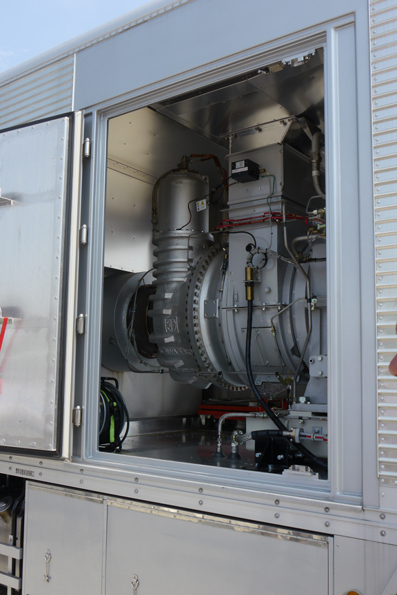 NTT東日本の移動電源車。発電用のガスタービンエンジンを搭載