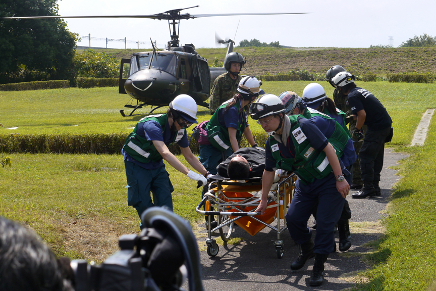 陸上自衛隊とDMATによる患者搬送訓練