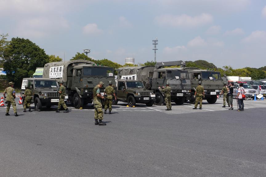 「災害派遣」の横断幕を掲げて集合を完了した陸自車両