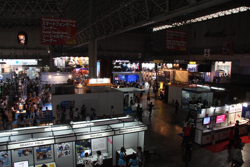 クルマのショーと比べて照明が落とされた会場内。ゲーム画面が主な展示となるためだ