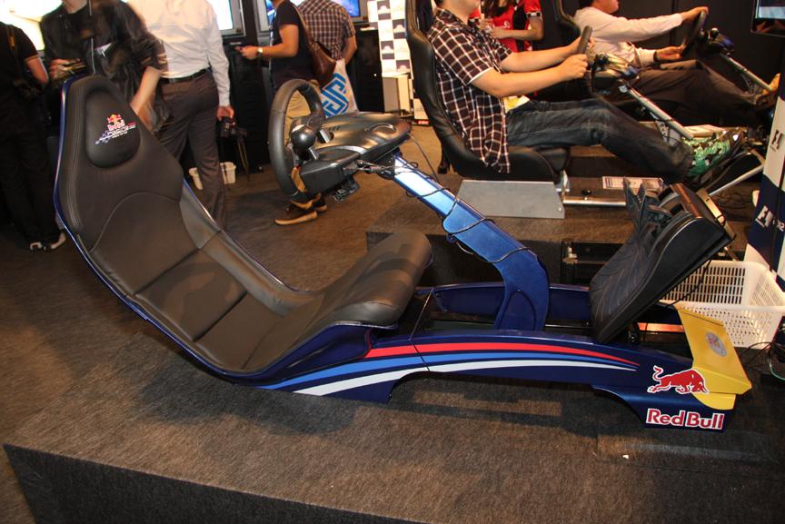 3台の試遊台の1つは、座面の低さでよりF1テイストを味わえるプレイシート製の「Playseat Red Bull Racing F1」を使用