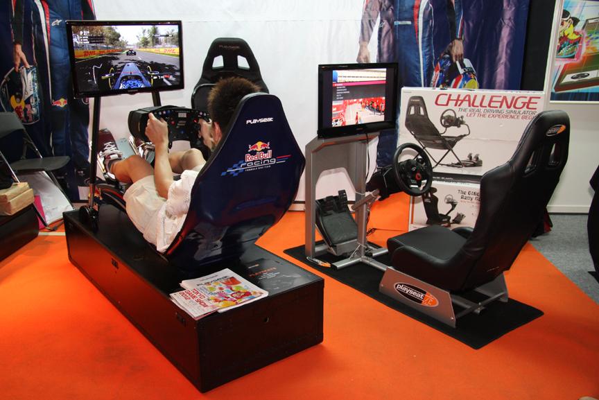 プレイシートシリーズの輸入販売を行っているセクトインターナショナルのブースでは、今年2月に発売された「Playseat Red Bull Racing F1」、プレイシートの入門編として人気の「Playseat Evolution」を設置し、「F1 2011」での体験プレイが行われていた