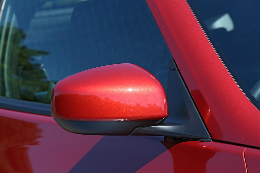 ドアミラーはシンプルな形状で曇りなどを防止するヒーター内蔵タイプ