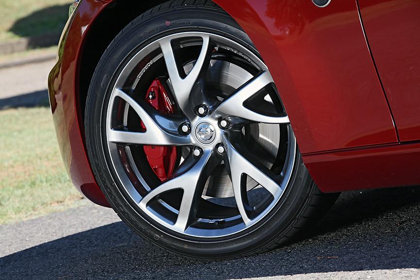 クーペのVersion S/STに標準装備されるレイズ製アルミホイール。タイヤサイズはフロントが245/40 R19、リアが275/35 R19