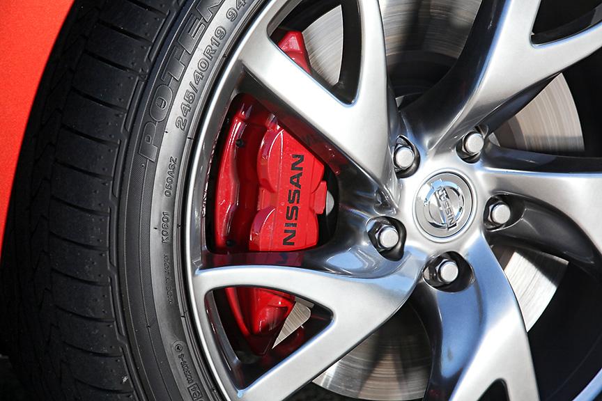 Version S/STには曙ブレーキ製の4輪アルミキャリパー対向ピストンブレーキ(前輪4ピストン、後輪2ピストン)を装備。今回の変更により赤いペイントが施された