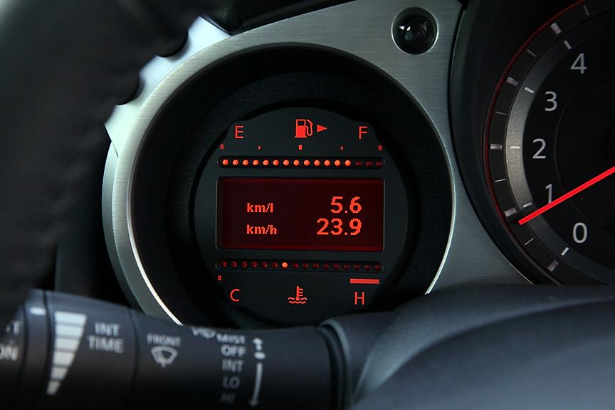 左側は燃料、水温計と車両情報ディスプレイ。今回のマイナーチェンジでベースカラーがグレーに変更されている