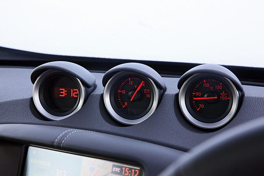 インパネ上部に時計、電圧、油温計の3連メーターを配置
