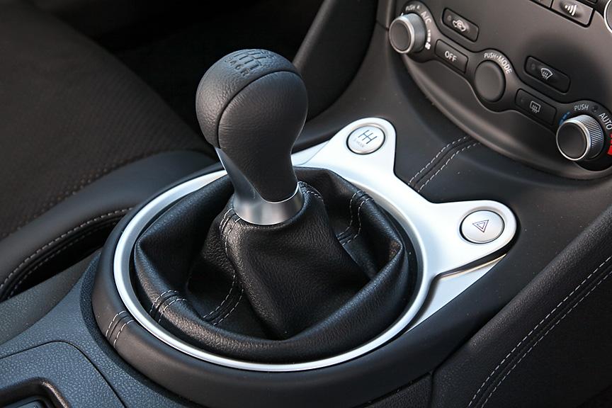 6速MTモデルのシフトノブはパーキングブレーキレバーとともに本革巻き。トランスミッションには「シンクロレブコントロール」が備わり、ヒール&トゥをしなくても回転を合わせてくれる