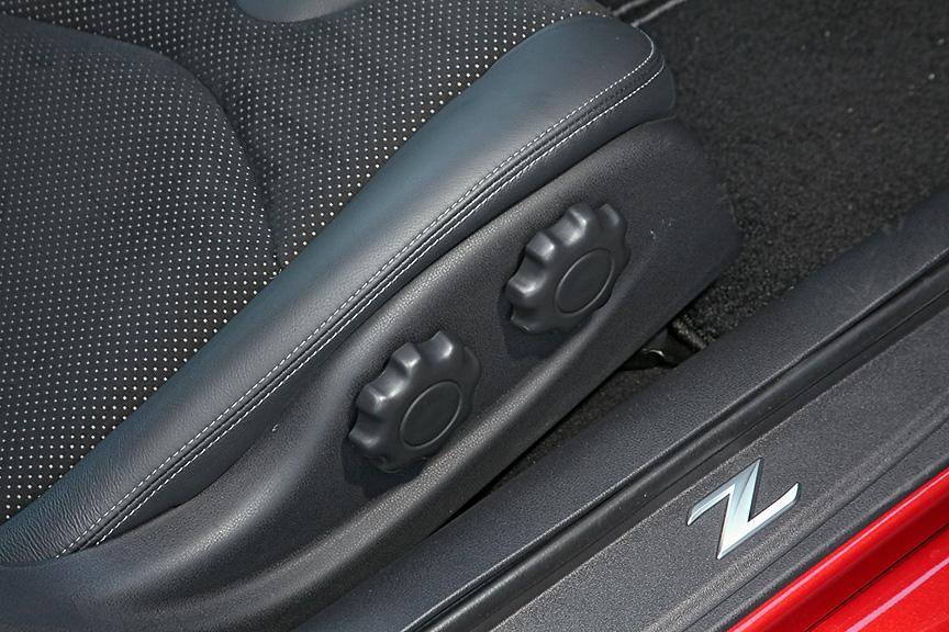 運転席側はシートリフターとランバーサポートを装備。こちらは手動調整