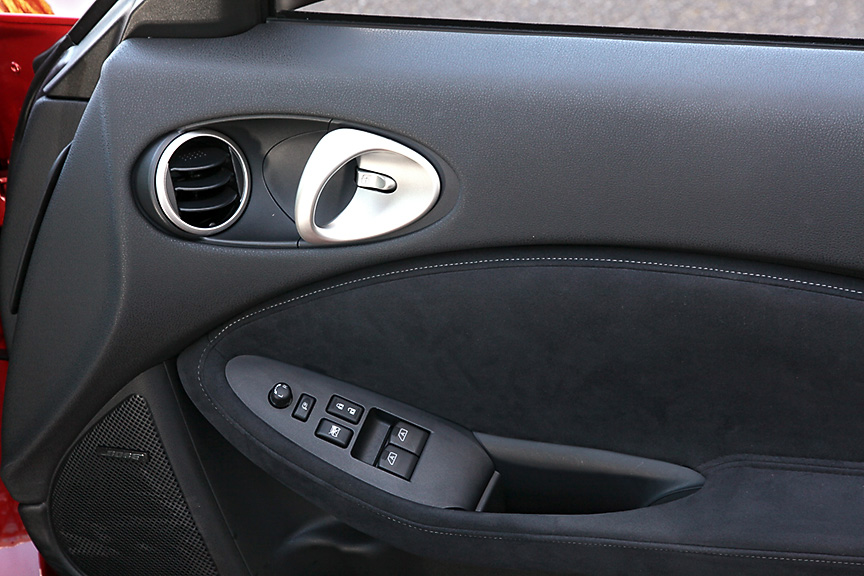 ドアパネルにもエアコンの吹き出し口を装備。内張にもスエード調表皮が使われるなど上質感のある仕上がりだ