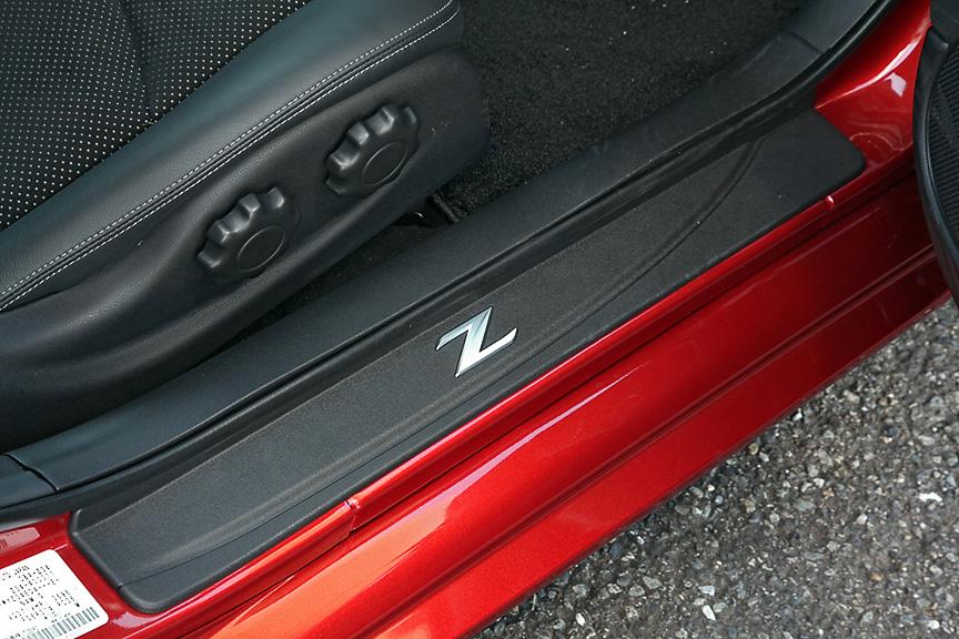 サイドシルにはZのロゴが入ったキッキングプレートを装備