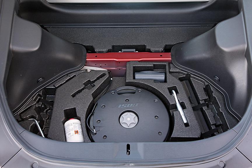 Version S/STはスペアタイヤレスとなるためパンク修理キットを装備。中央はボーズサウンドシステム用のサブウーファー