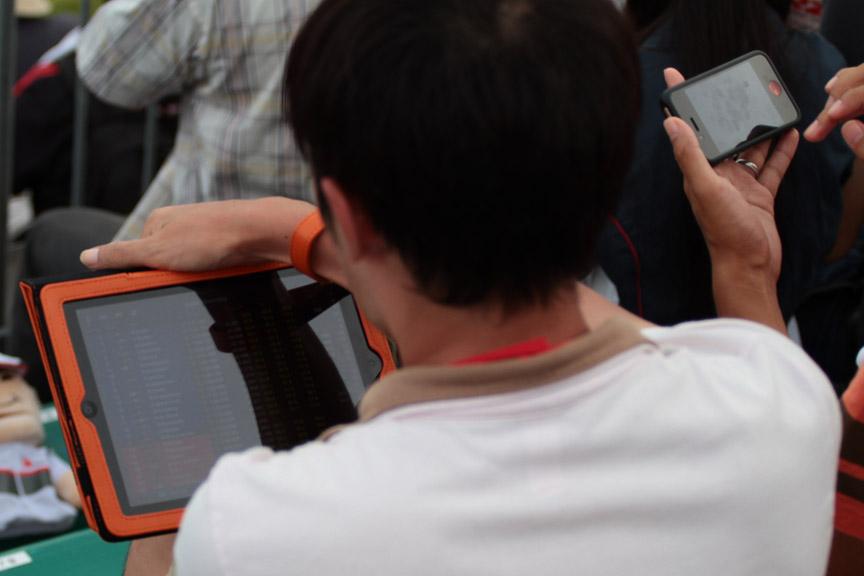 iPadを使用して観戦、見ているのはおそらくF1公式サイトのライブタイミング。お隣もiPhoneを使用しながら観戦