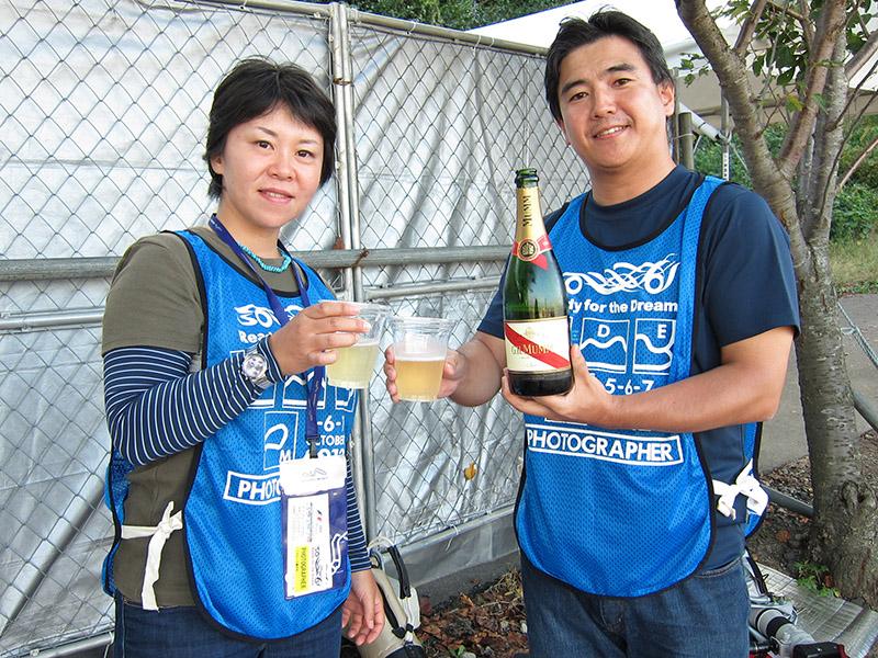 可夢偉が表彰台を獲得し、シャンパンで乾杯する鈴木豊太郎、幸恵ご夫妻