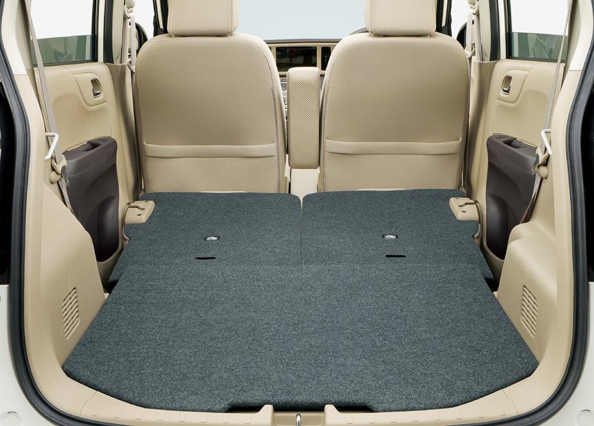後席を足下スペースにダイブダウンさせることで、低くフラットなラゲッジルームを作り出せる