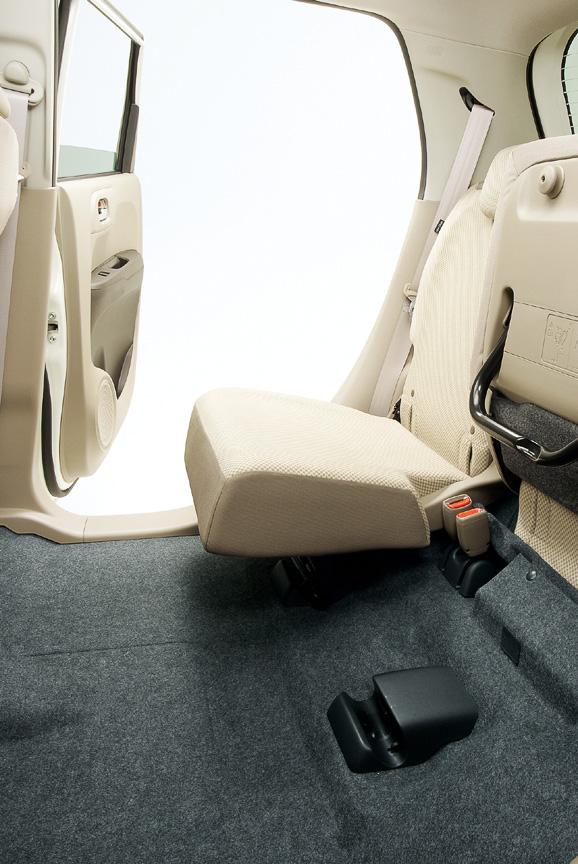 後席の座面をはね上げると、高さ1240mmの荷室を作り出せる